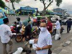 Gerindra Sulteng Bagikan Takjil  Untuk Berbuka Puasa Bagi Pengendara di Kota Palu