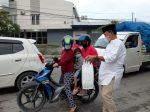 Ketua Bappda DPC Gerindra ,Moh.Ikhsan Kalbi Bersama Kader Partai Bagi-Bagi Takjil